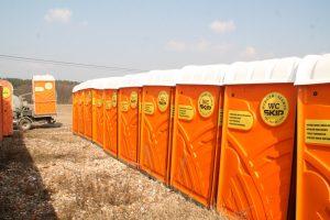 Szeroka oferta wynajmu toalet przenośnych
